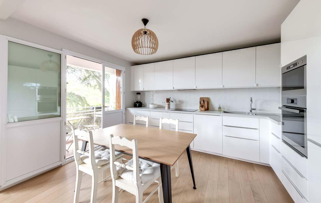 Aménagement d'une cuisine moderne dans un appartement 4 pièces