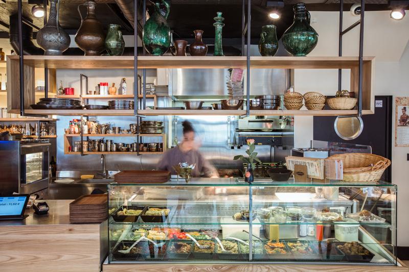 Cuisine ouverte d'un restaurant rénové par un architecte d'intérieur