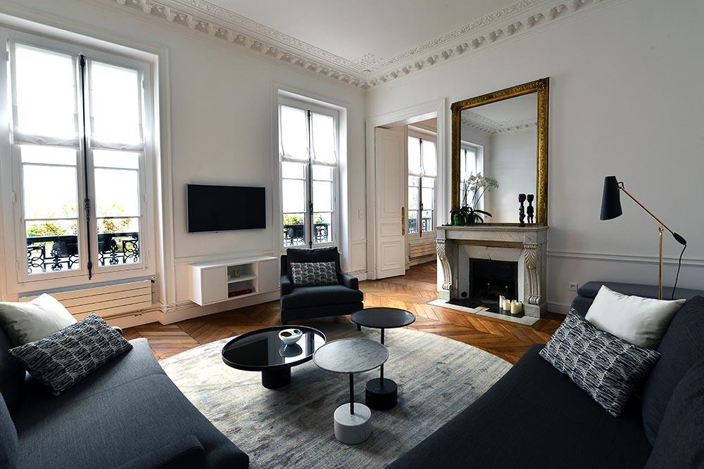 Un décorateur d'intérieur prend en charge la décoration d'un appartement haussmannien à Paris