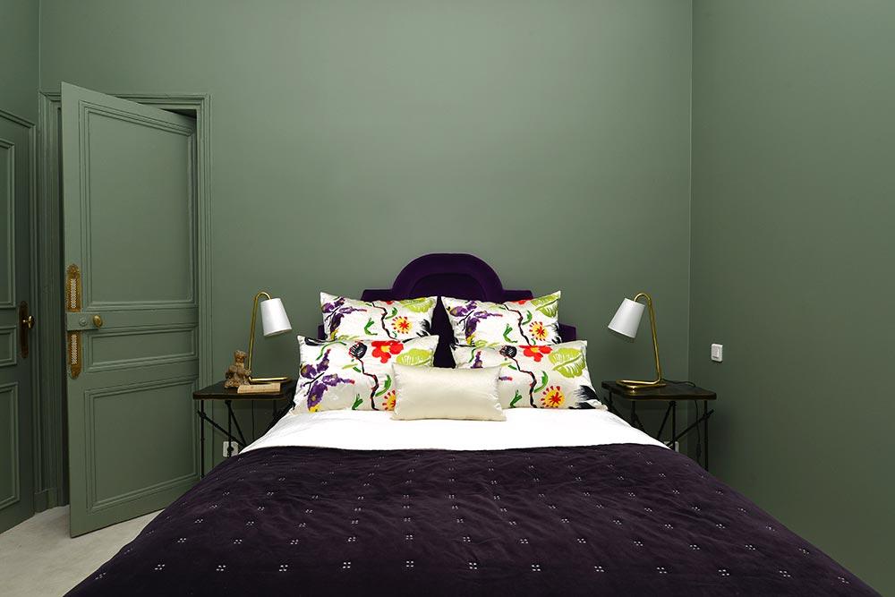 Décoration d'une chambre à coucher de couleur verte dans un appartement haussmannien