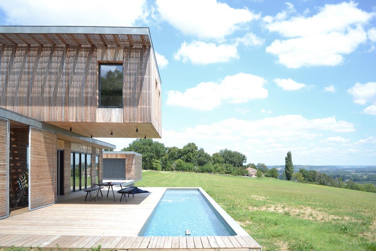 Maison d'architecte en bois avec piscine