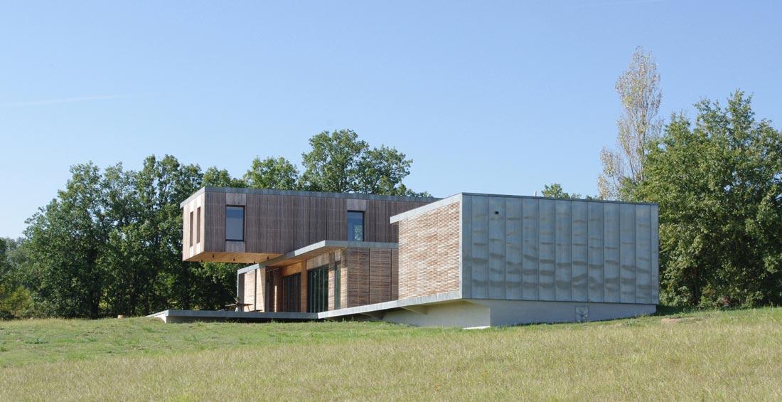Maison d'architecte avec vue dégagée au sommet d'une colline