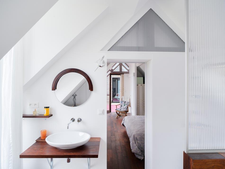 Salle de bain moderne avec lucarne aménagée par un architecte d'intérieur